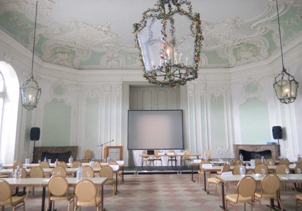 Aufbau Tagung Jagdsaal, südlicher Zirkel. Parlamentarische Bestuhlung.