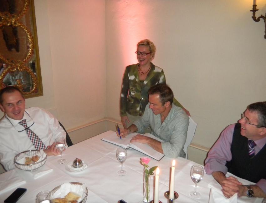 Hannes Jaennike beim Eintrag in unser Gästebuch. Chefin Ina Lacher hatte sichtlich Ihren Spaß!