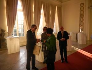 Für den Schlösser-Chef gab es ein kleines Gastgeschenk von Gerlinde Kretschman an