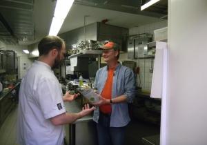 Sven Plöger überreicht seinen selbst gestochenen Spargel unserem Küchenchef Jens Biesert.