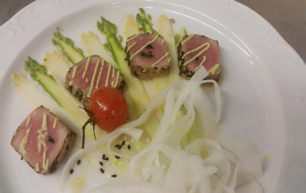 Die Vorspeise des Abends: Carpaccio von grünem und weißem Spargel, Olivenöl, Sesam, Wasabi mit Thunfisch-Sashimi und geeistem Rettich