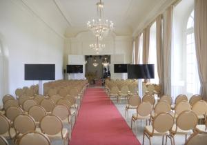 Reihenbestuhlung Konzertsaal mit Displays