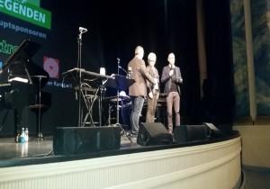 Unsere Chefin stimmte vor dem Konzert schon auf den kulinarischen Teil des Abends ein. Zusammen auf der Bühne mit Stefan Kleiber, Vorstandsvorsitzender Sparkasse Rhein-Neckar-Nord und dem Hauptsponsor des Abends, Uni-Elektro Geschäftsführer Timo Kirstein.
