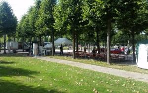 Die Aufbauarbeiten unseres Biergartens im Park