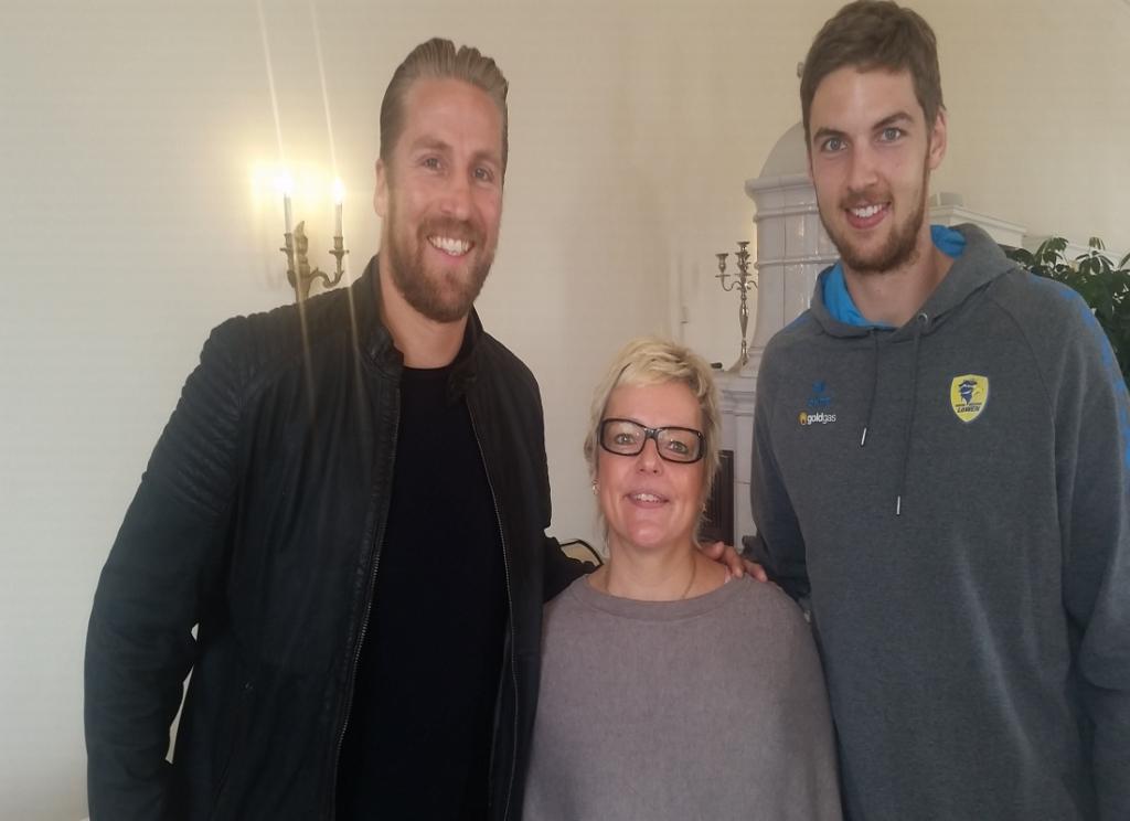 Die Chefin mit den großen Jungs. Oliver Roggisch und Hendrik Pekeler ließen sich das Frühstück nicht entgehen und berichteten auch aus dem Umfeld der Mannschaft.