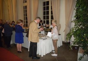 Auch Ina Lacher bewirtete die Gäste und hatte alle Hände voll zu tun.